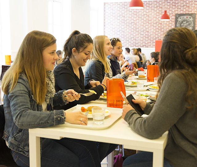 Étudiants dans le restaurant universitaire du campus UCO Nantes